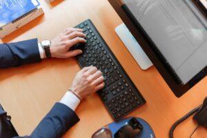 Businessmand arbejder på computer
