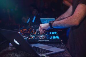 Dj spiller til fest med dj udstyr
